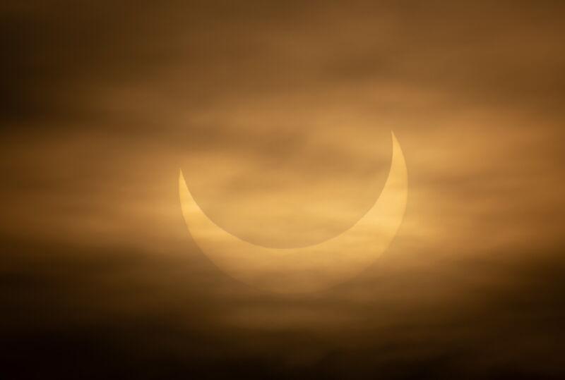 Częściowe zaćmienie Słońca w Stanach Zjednoczonych (PAP/EPA/CJ GUNTHER)