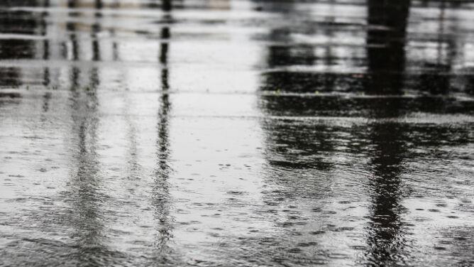 Deszcz, a miejscami też burze utrudnią jazdę