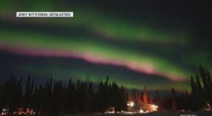Zorza polarna na niebie Alaski